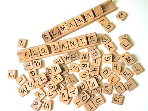 Scrabble que muestra las palabras semana flotante
